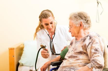 5分でわかる看護師!実際の働き方や年収は?資格難易度や資格をいかした転職についても紹介画像