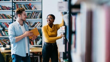 5分でわかる司書教諭!就職するには2つの資格が必要。仕事内容、年収、兼任問題なども解説!画像