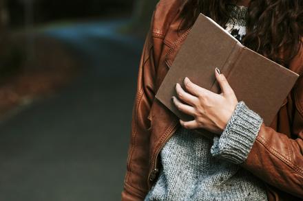 女性作家のエッセイ集おすすめ5選!移動時間でも読める短編作品画像