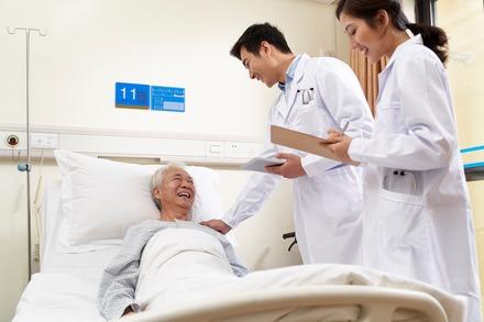 5分でわかる医師!平均年収は800万円ほど。資格取得までの道のり、転職事情を解説!画像