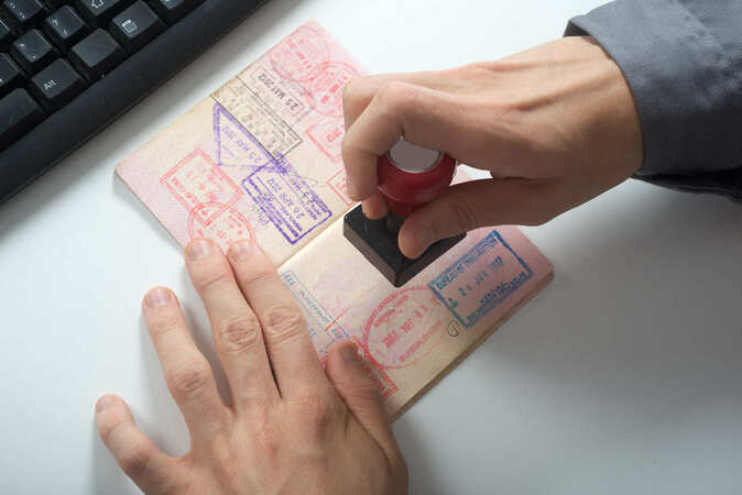 5分でわかる入国審査官!入国審査官の仕事や年収、採用試験の内容を解説