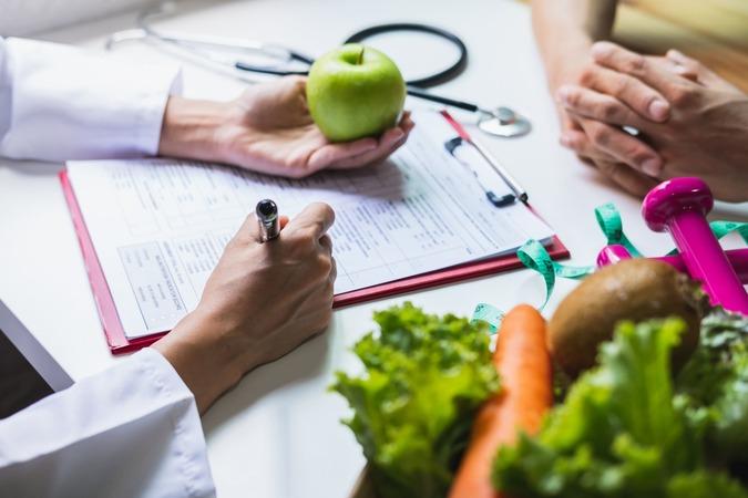 5分でわかる栄養学!どんな進学先がある?独学でも取れる資格や活かせる仕事を解説