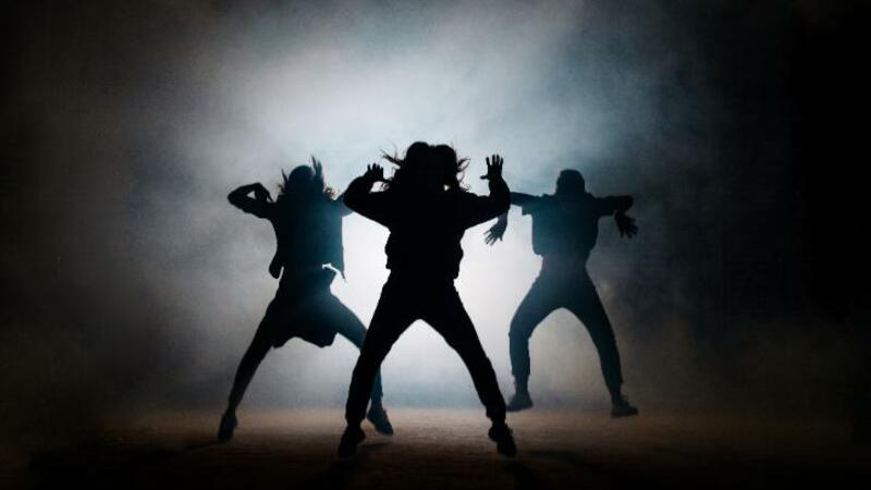 5分でわかるバックダンサー!収入は事務所所属、フリーで差あり。働き方、ダンスの種類なども解説!