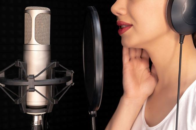 5分でわかる声優!年収事情や事務所への就職方法、声優になるための資格を解説!