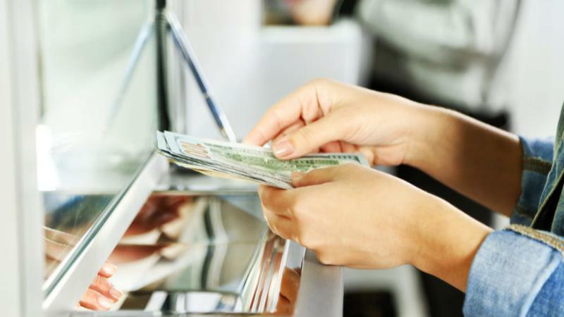 5分でわかる銀行員!テレワーク導入で働き方改革も。平均年収や就職事情など解説!